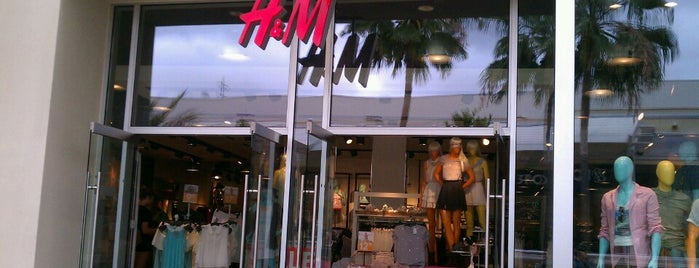H&M is one of Orte, die Joey gefallen.