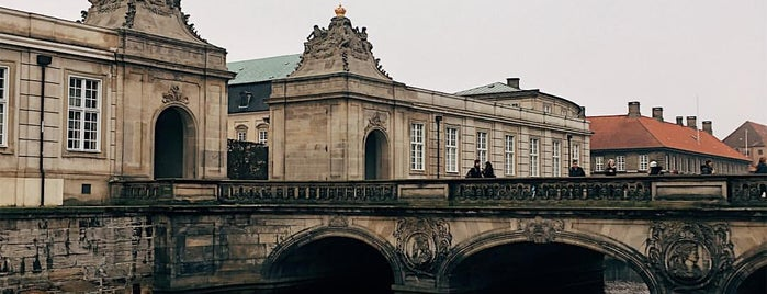 Palácio de Christiansborg is one of Locais curtidos por Natalie.