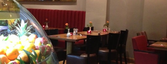 Café Renoir is one of Locais curtidos por Chris.