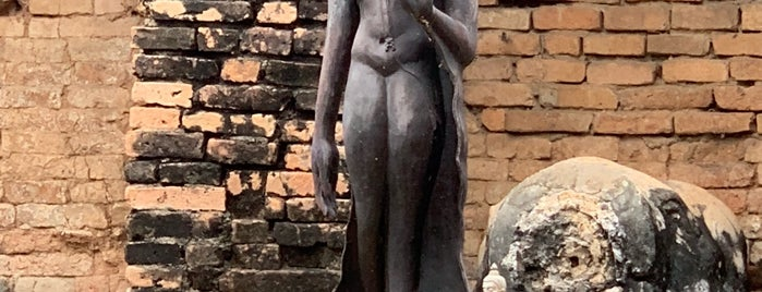 Wat Chang Lom Ruin is one of Tempat yang Disukai Christina.