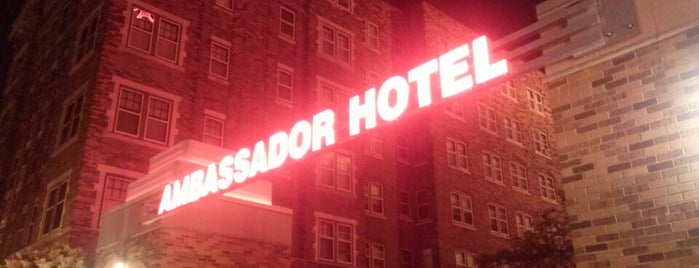 Ambassador Hotel is one of Orte, die George gefallen.