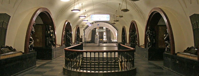 metro Ploshchad Revolyutsii is one of Москва.