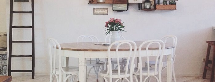 Tartela is one of Breakfast and nice cafes in Barcelona.