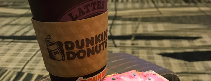 Dunkin' is one of Lugares favoritos de Dee.