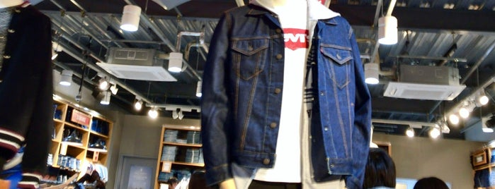 Levi's is one of Orte, die Vic gefallen.