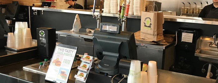 BurgerFi is one of Kristinさんのお気に入りスポット.
