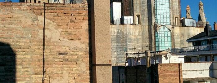 Happy People Sagrada Familia is one of สถานที่ที่ Atıl ถูกใจ.