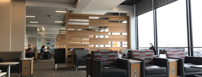 American Airlines Admirals Club is one of Locais curtidos por Chris.