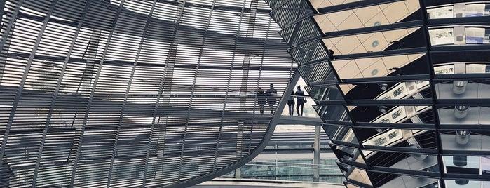 Reichstag is one of Orte, die Holly gefallen.