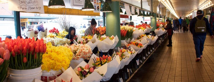 Pike Place Market is one of Lugares guardados de Mike.