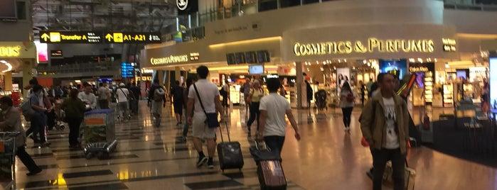 Aeropuerto Internacional de Singapur Changi (SIN) is one of Lugares favoritos de Shaun.