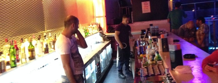 sugar hut bar is one of Locais curtidos por Mustafa.