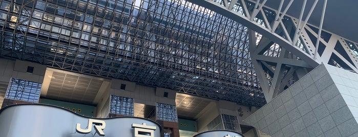 JR Kyōto Station is one of Locais curtidos por Esra.