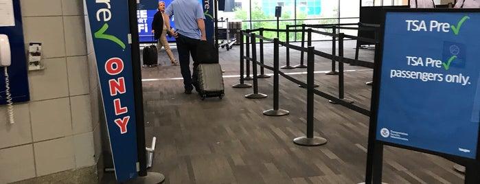 TSA Security Checkpoint C is one of Tempat yang Disukai Monique.