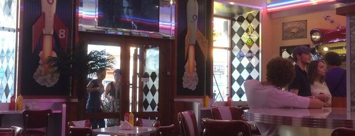 Домино Burger Diner is one of Posti che sono piaciuti a Tausha.