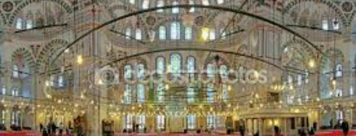 Mezquita de Fatih is one of Lugares favoritos de Mehmet.