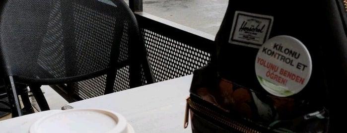 Starbucks is one of Orte, die Mert gefallen.