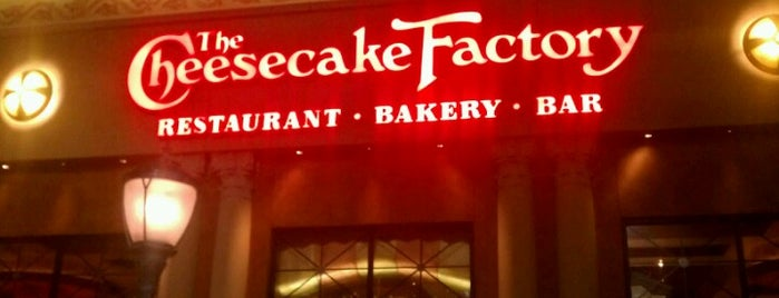 The Cheesecake Factory is one of Lugares favoritos de Chad.