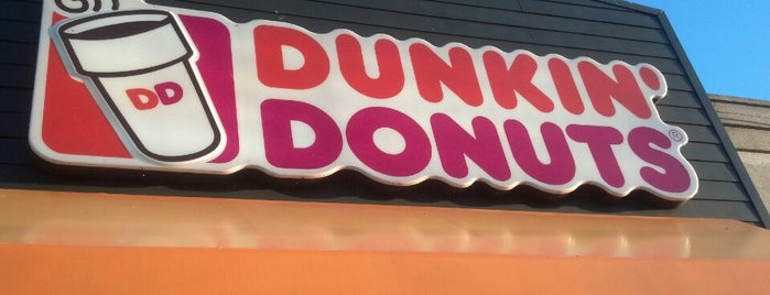 Dunkin' is one of Lugares favoritos de Julia Kwan.