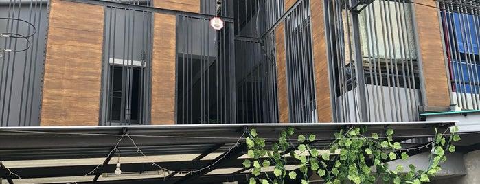 9 Hostel is one of Locais curtidos por Analucia.