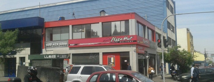 Pizza Hut is one of Locais salvos de Ian.