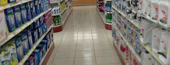 Farmacias Guadalajara is one of Lieux qui ont plu à Ismael.