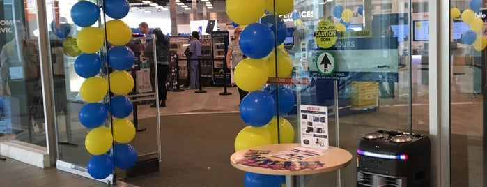 Best Buy is one of Adrianeさんのお気に入りスポット.