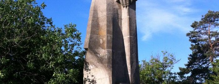 Памятник «Человек-созидатель» is one of Tempat yang Disukai Ulyana.