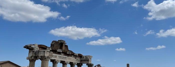 Tempio di Vespasiano e Tito is one of Posti che sono piaciuti a Mathew.