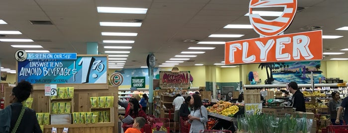 Trader Joe's is one of Locais curtidos por Amaury.