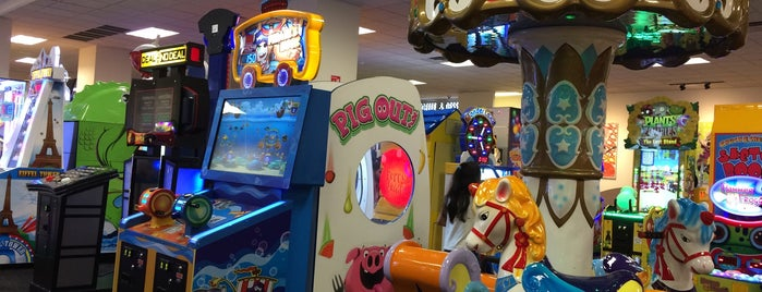 Chuck E. Cheese's is one of Lugares guardados de Esmeralda.
