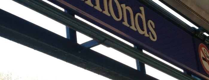 Edmonds SkyTrain Station is one of Lugares favoritos de Moe.