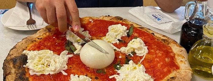 L'antica Pizzeria Da Michele is one of Mar'ın Beğendiği Mekanlar.