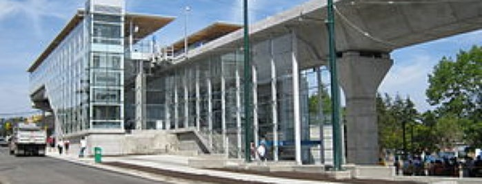 Marine Drive SkyTrain Station is one of Lugares favoritos de Moe.