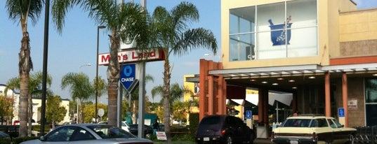 Walgreens is one of Locais curtidos por Sonna.