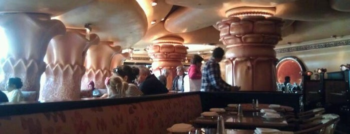 The Cheesecake Factory is one of Chris 님이 좋아한 장소.
