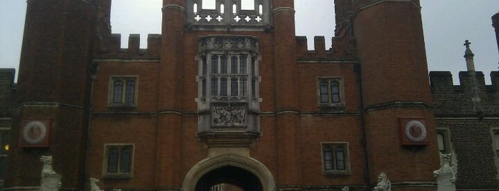 Hampton Court is one of London.