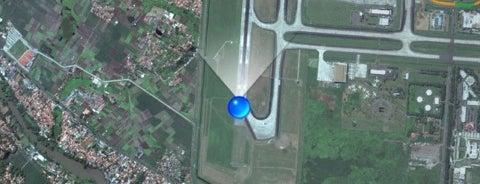 Runway 07L/25R is one of สถานที่ที่ Pinky ถูกใจ.