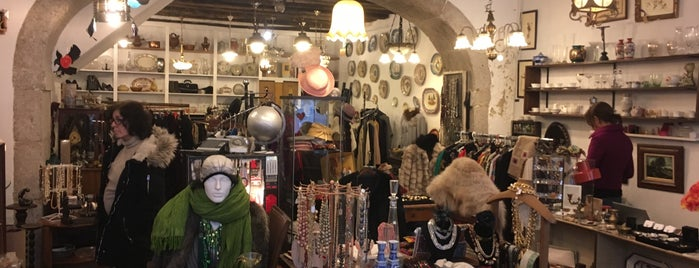 Reuse 2nd hand & Creative shop is one of Lisbon Cool Spots.