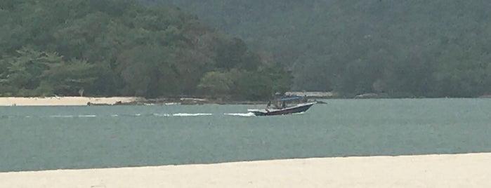 Pantai Cenang (Beach) is one of สถานที่ที่ Julia ถูกใจ.
