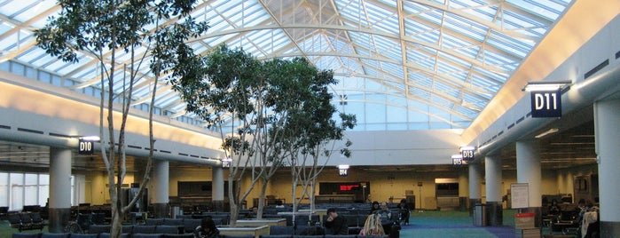 Portland International Airport (PDX) is one of Tempat yang Disukai Jingyuan.