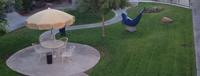 Holiday Royale Apartment Suites is one of Posti che sono piaciuti a Stephen G..
