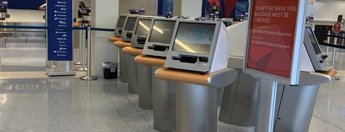 Delta Air Lines Ticket Counter is one of Beverly : понравившиеся места.