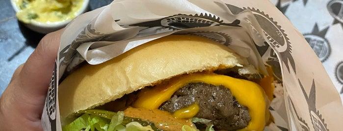 Jonnes Burger is one of Tempat yang Disukai Paula.