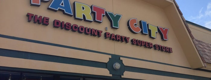 Party City is one of Paolaさんのお気に入りスポット.