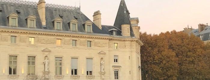Ministère de l'Environnement, de l'Énergie et de la Mer is one of Quartier Latin.