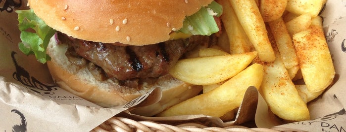 Daily Dana Burger & Steak is one of สถานที่ที่ Mennan ถูกใจ.