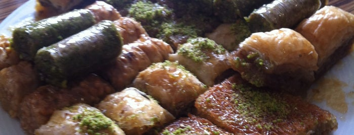 Güloğlu Baklava Kebap ve Lahmacun Salonu is one of Guldenさんのお気に入りスポット.