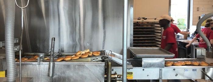 Krispy Kreme Doughnuts is one of Locais curtidos por Mauricio.