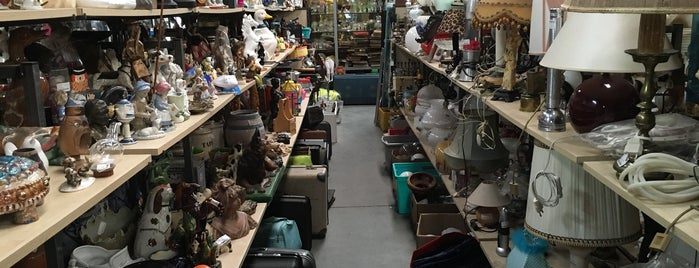 Second Hand Shop is one of สถานที่ที่ Vincent ถูกใจ.